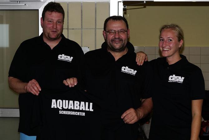 Schiedsrichter der Soester Haie freuen sich über die vom DSV gesponserten Schiedsrichterhemden.