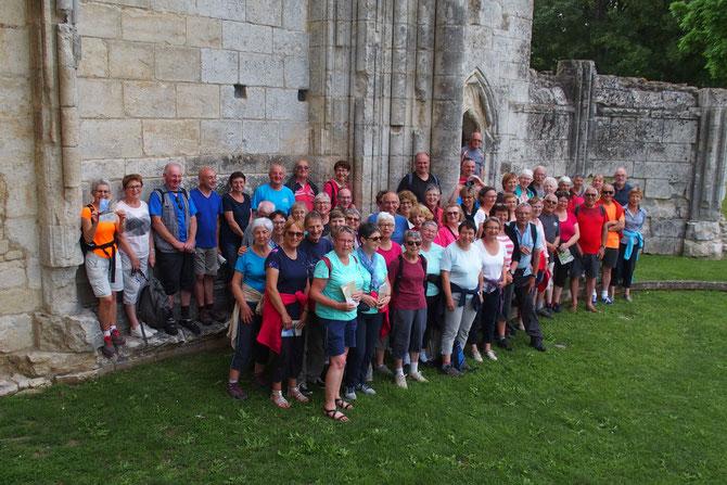 La photo de groupe devant l' Abbaye de Mazeillais
