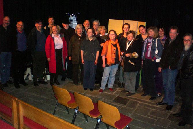 ProFi-Mitglieder im Gespräch mit Künstlern auf der Bühne. Abschluss einer gelungenen Theaterfahrt nach Osnabrück.