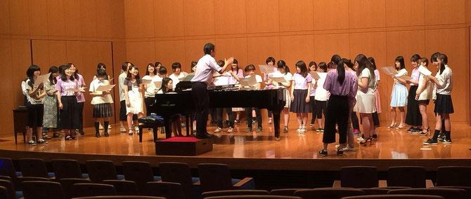 上:松井孝夫先生と一緒に合唱体験!  下:学生による合唱コンサート