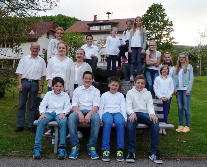 Unsere Zöglinge im Jahr 2015. Links im Bild Chefausbilder Hubert Behringer.  (Bild mki)