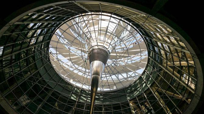 Mit seinen 360 Spiegeln Lichtquelle und Luftreiniger zugleich - der Trichter reicht bis in den Plenarsaal hinein