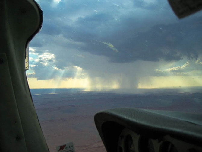 Wir fliegen mitten durch den Regen über die  Namib
