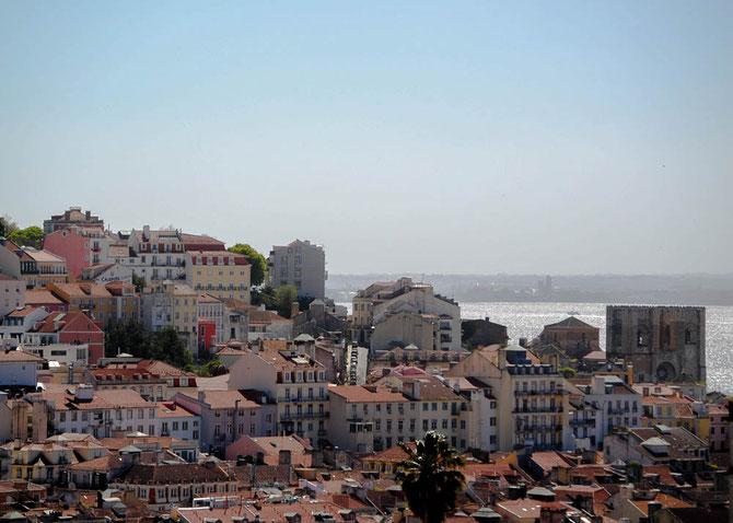 .....und auf den Rio Tejo. Rechts im Vordergrund die Doppelturmfassade der romanischen Basilika Se Patriarcal, Lissabons ältestes Gotteshaus