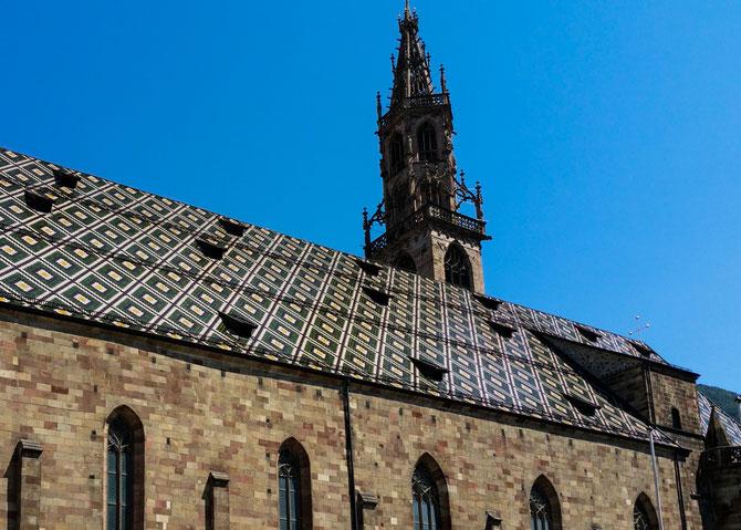 Die Kirche basiert auf einem romanischen Bau. Der spätgotische Turm wurde 1519 fertig gestellt