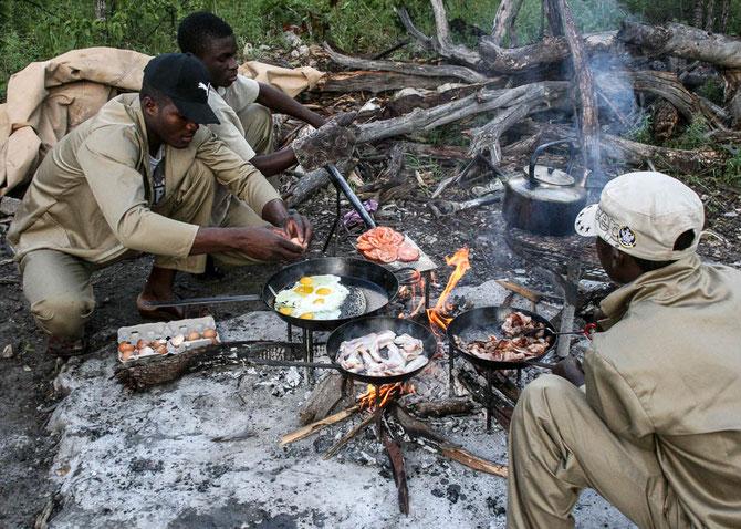 """Ein Frühstück inmitten des Buschs. """"Jenseits von Afrika"""" lässt grüßen. Nach der Wanderung an diesem frühen Morgen hat das richtig gut getan. Lecker war's!"""