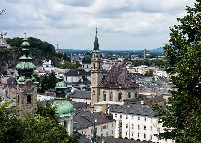 Auf dem Weg zur Festung Hohensalzburg der Blick zurück über die Stadt