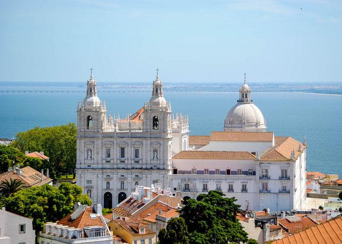 Mosteiro de Sao Vicednte de Fora und rechts die Kuppel des Panteao Nacional