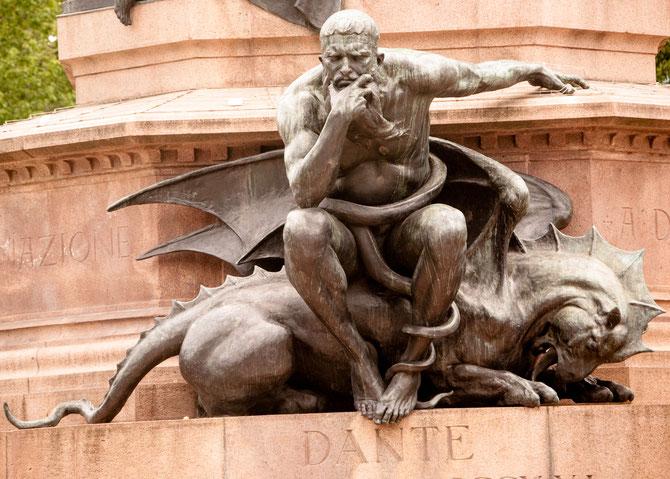Minos, auf einem Drachen sitzend. Im unteren Bereich des Denkmals