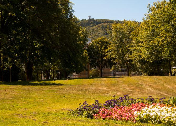 Oben auf den Hunsrückhöhen kann man schon den 27 m hohen Aussichtsturm vom Kurpark aus ausmachen..