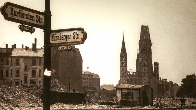 Nach den Luftangriffen der Aliierten in der Nacht zum 23. November 1943 geriet das Kirchengebäude in Brand