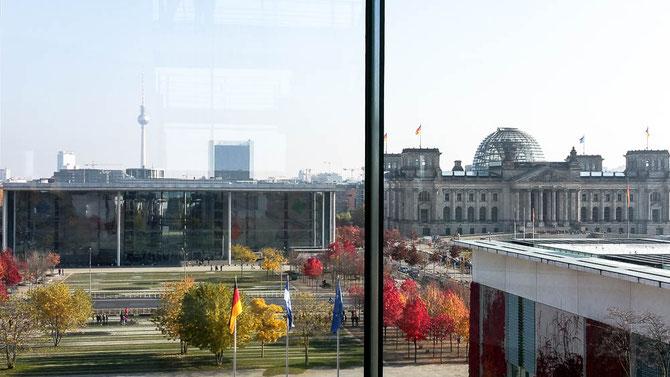 Blick vom Bundeskanzleramt auf den Deutschen Bundestag und auf das Paul-Löbe-Haus