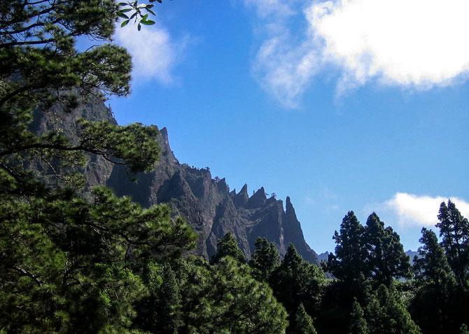 Steile Felswände umgeben die Caldera de Taburiente