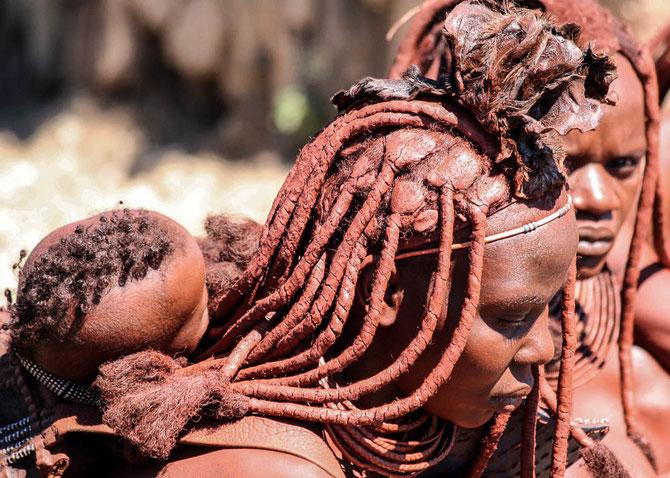 Schmuck und Haartracht haben große Bedeutung bei den Himbas - von Kindesbeinen an