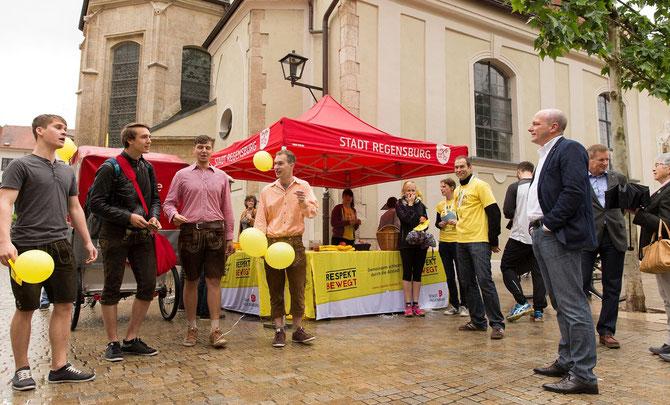 """Wir singen ein Ständchen für den OB Joachim Wolbergs während des Projektes """"Respekt bewegt"""""""