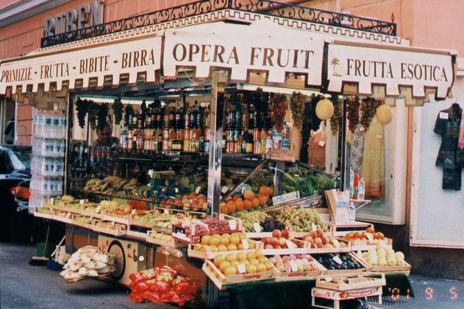 オーストリア、ウインにて: 豊富な果物の販売