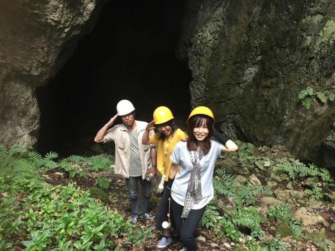 宇山洞の入口にて、N家三名さま