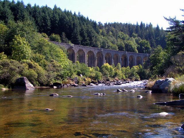 La voie ferrée suit la rivière au plus près.