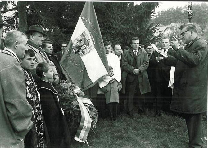 Petar Miloš govori okupljenima na Bleiburškom polju