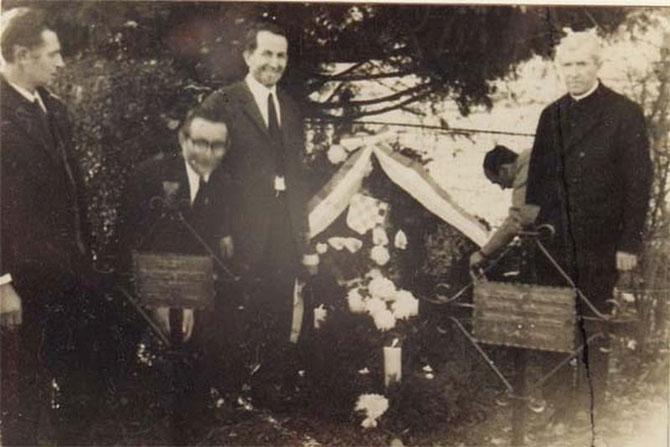 Vice Ostojić (treći s lijeva) i p. Vilim Cecelja (četvrti s desena) na grobu generala
