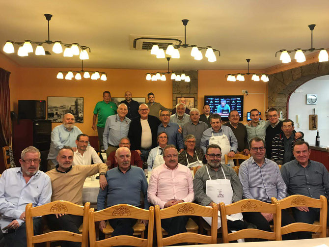 Reunidos los cofrades concretando los preparativos de actos para el 2018.