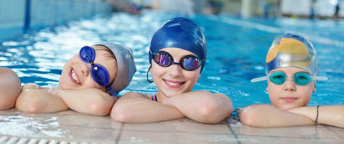 Fröhliche Kinder am Schwimmbadrand