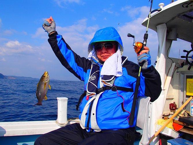 35cmのイサキです。水温が低く魚の喰いが渋く釣りづらかったです。