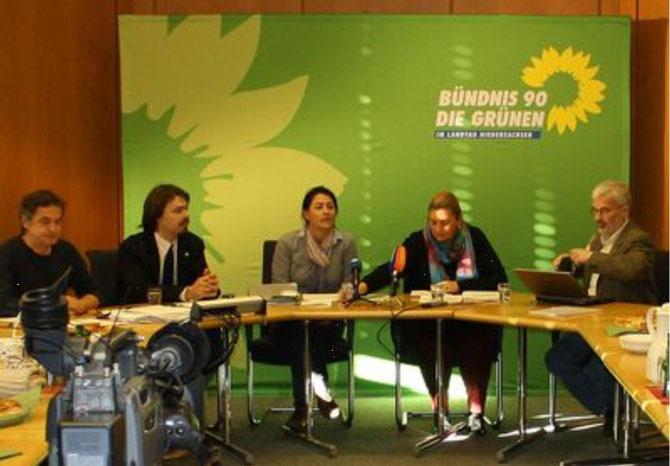 Von links nach rechts: Rudi Zimmeck (Pressesprecher), Helge Limburg (MdL), Filiz Polat (MdL), Emine Oguz (DITIB), Firouz Vladi (Schura Niedersachsen)