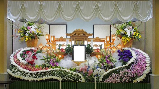 高知市斎場での白木祭壇でのご葬儀飾り