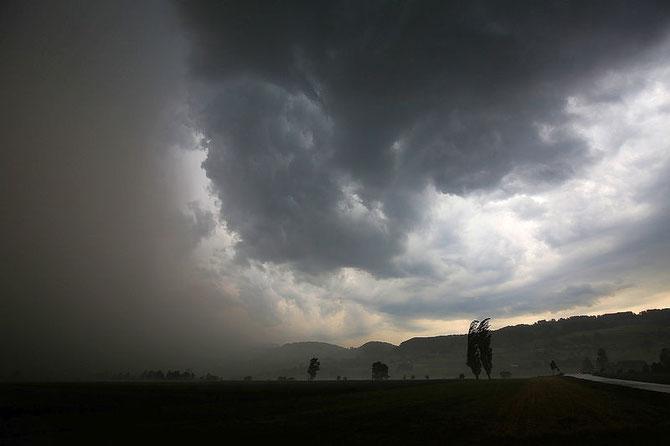 Hagelkörner mit 5 Zentimeter Durchmesser fliegen am 6. Juni 2015 in Mühlethurnen durch die Luft.  Das Schadenvolumen: 2,6 Millionen Franken. Hätte das Unwetter 16 Kilometer nördlich stattgefunden,  hätte das die GVB 360 Millionen gekostet.
