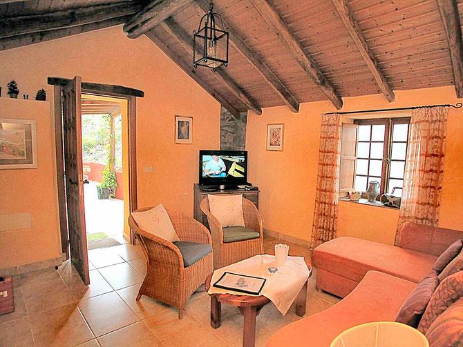 Wohnzimmer in dem rstikalen Ferienhaus auf der Finca Palo Alto in Guia de Isora auf tenerife