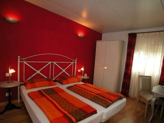 In rot gestrichenes Schlafzimmer