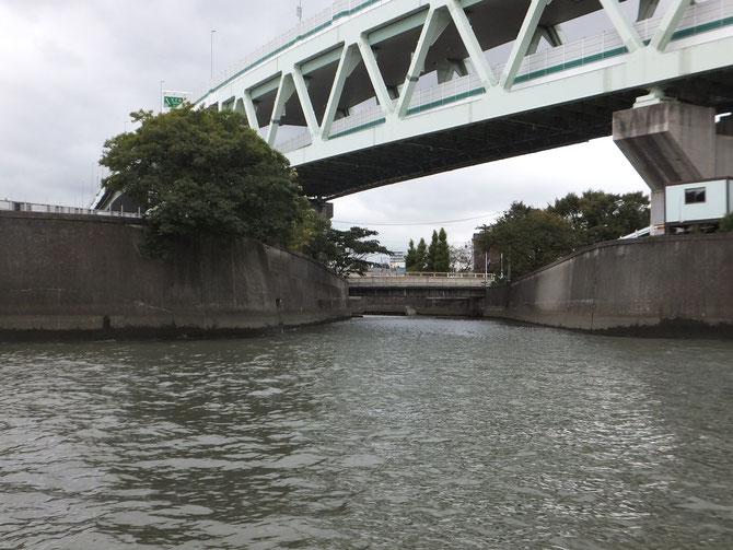 石神井川と隅田川の合流地点(隅田川の船上より)