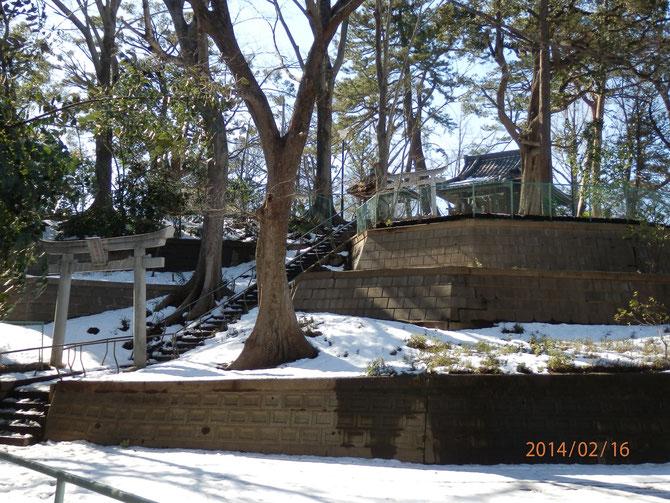 大雪で妙に明るい高稲荷神社