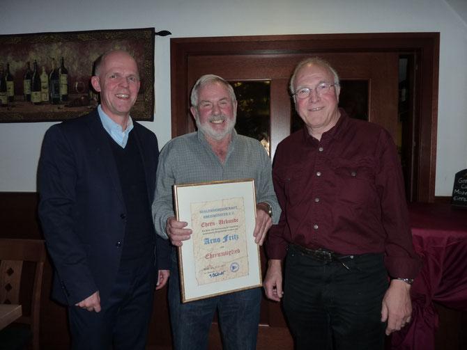 Verleihung der Ehrenmitgliedschaft an Arno Fritz (Mitte)