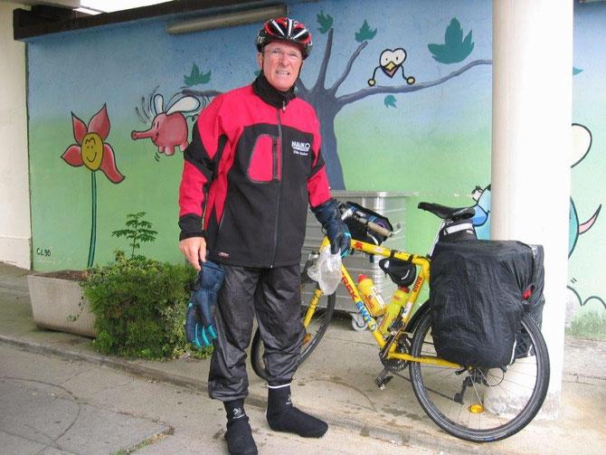 Meine 2.Tour de Lourdes 2008 war eine total verregnete Mission. Über 1300 km mussten wir in Regen u. Kälte radeln. Hier ein Bild auf der 13. und letzten Etappe. Total durchnässt und stark gezeichnet-die letzten 70 km vor Lourdes!