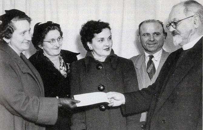 Παράδοση επιταγής £3,500 για το Ολύμπικ Χολ το 1958. (Από αριστερά) Ευφροσύνη Στούππου, Μηλιά Καραντζή, Ειρήνη Γλάρου, Λιάσκος, αιδ. Ηρακλής Ευαγγελινίδης