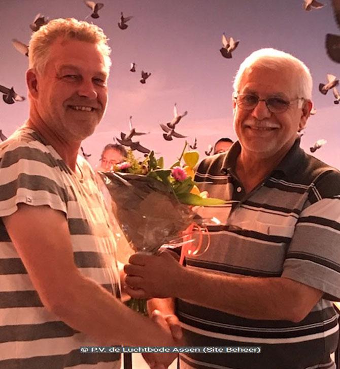 De bloemen voor de 1e prijs, uitgereikt aan de Vader van de vluchtwinnaar Ahmed Majid.