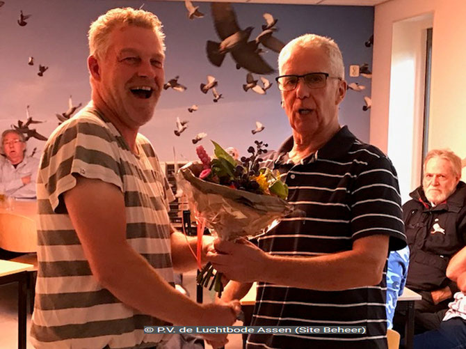 De bloemen voor de 1e prijs, uitgereikt aan Albert Schuiling, de vader van vluchtwinnaar Edwin Schuiling,