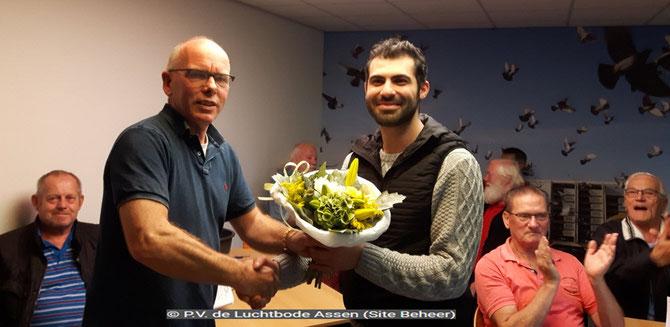 De bloemen voor de 1e prijs gaan dit weekend naar vluchtwinnaar Ahmed Majid