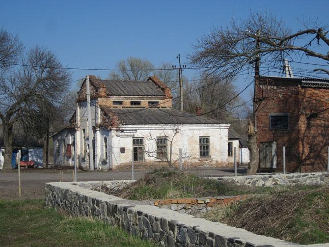 Є у Чутовому і старі будівлі, й недобудовані... Фото Юрія Зіненка