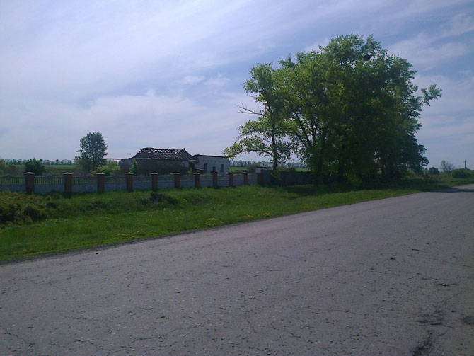 Від бійні біля цвинтаря лишились лише руїни (шлях на Червоне). Фото Юрія Зіненка