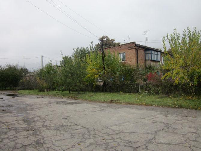 Єдиний двоповерховий будинок вулиці Котляревського стоїть на перехресті з колишньою вулицею Комсомольською
