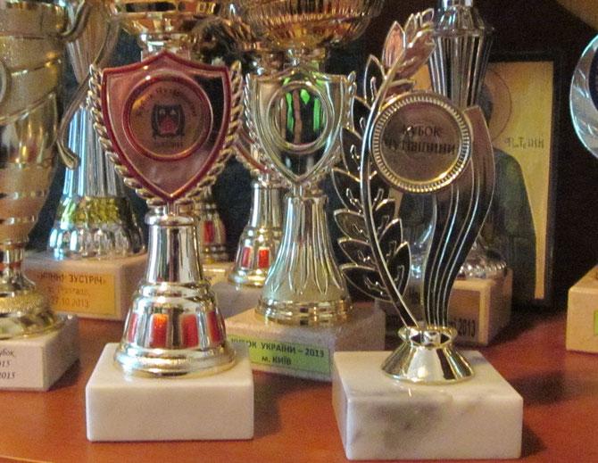Кубок Чутівщини 2014 року (зліва) і 2015-го (справа)