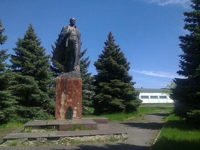 Станом на 10 квітня 2015 року в Чутово лишився Ленін біля колишньої колгоспної контори (не змогли завалити)... Фото Юрія Зіненка
