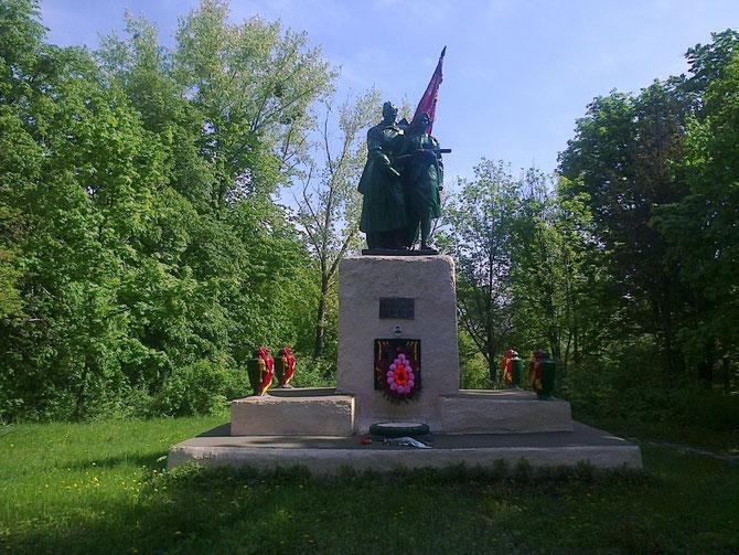 племзавод, пам`ятник солдатам Великої Вітчизняної війни. Фото Юрія Зіненка