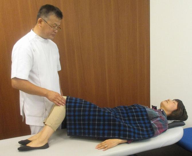 腰回り(股関節・骨盤・背骨)の回転検査をしています