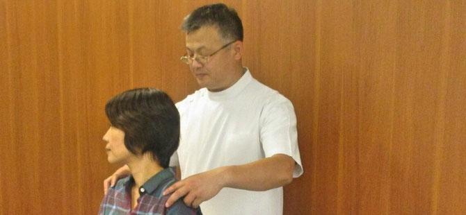 頭から肩まわりのバランス検査イメージ画像