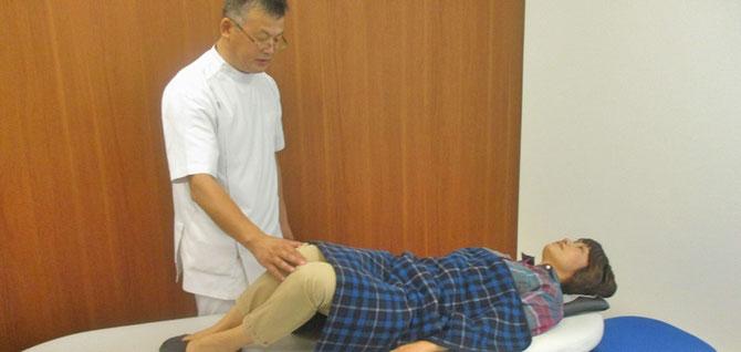 立膝での体の回旋検査をしています