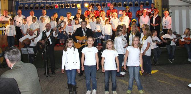 Die Neue Hof Musik bei der 750-Jahr-Feier zusammen mit Fanfarenzug und Schülern